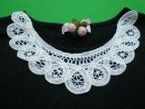 ホワイトの衿のバテンレース