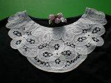 オフホワイトの衿のバテンレース