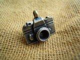人気のチャーム アンテイーク調なカメラ クロゴールド 1個