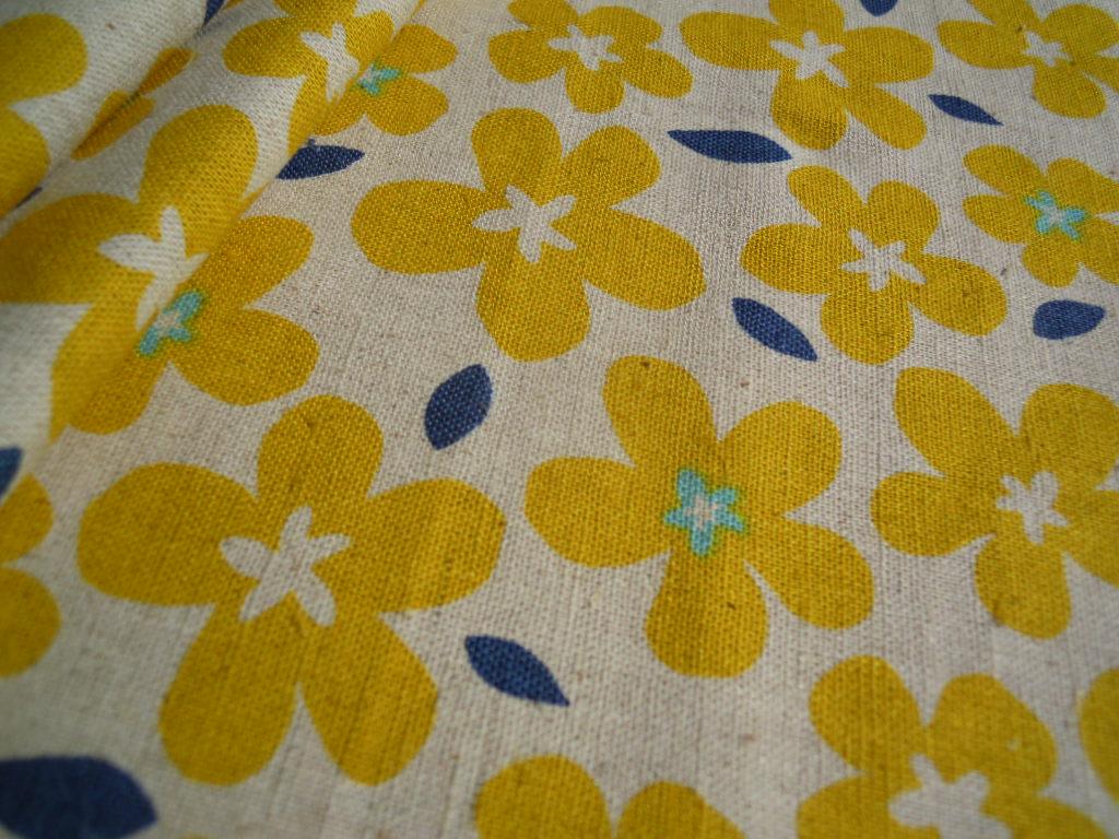 画像2: メッチャ可愛いフラワー柄の綿麻キャンパス地 ブルー 1M