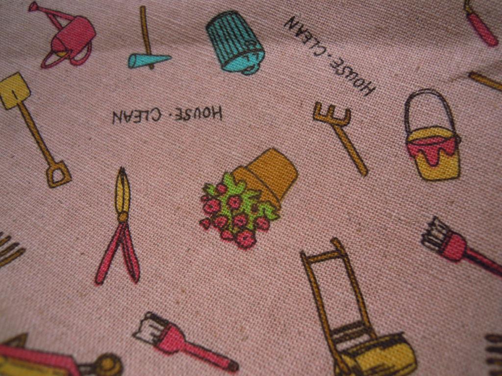 画像1: 値下げしました!生地幅110c ピンクの可愛いHOUSE・CLEAN柄・麻混プリント 1M