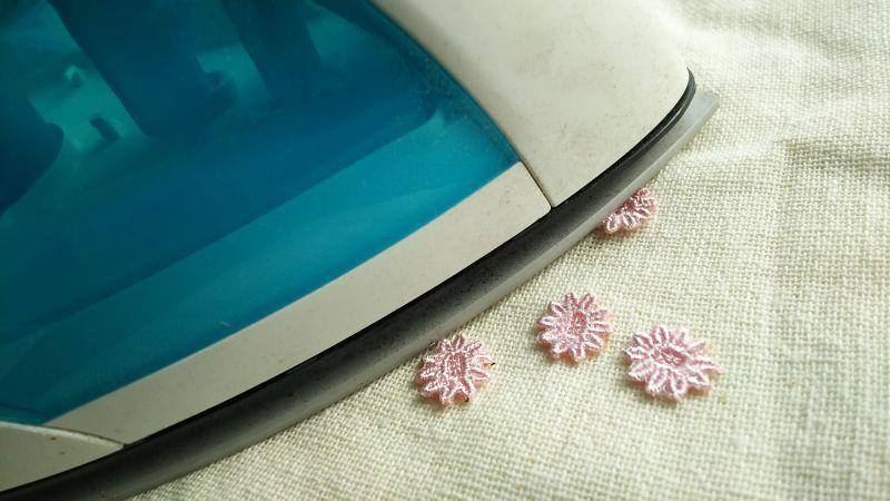 画像1: アイロン接着! レース工房☆太陽のぴたっとレース ピンクの花柄モチーフ 15枚