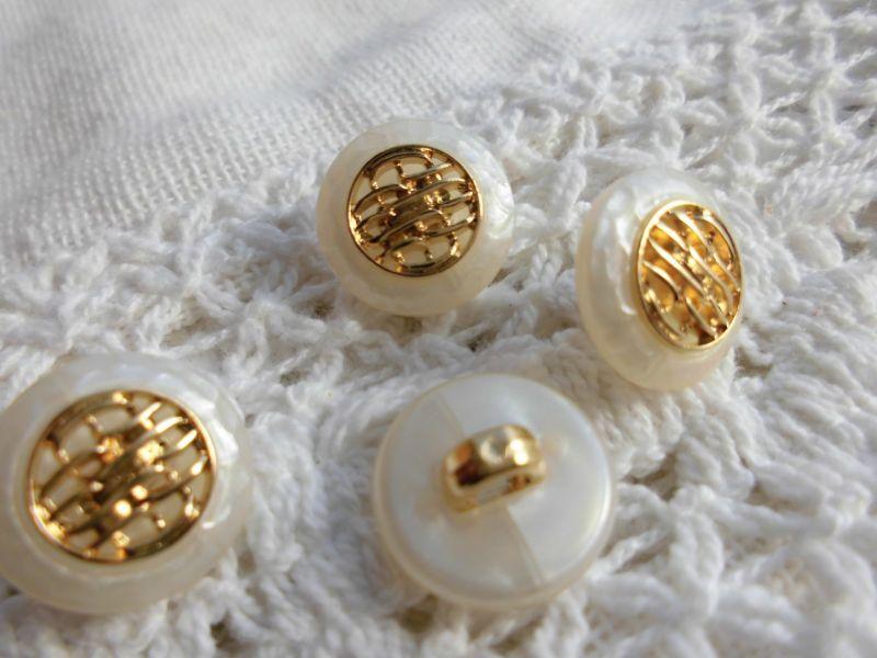 画像1: 約13mm 人気の薔薇柄、流行のボタンイヤリングに如何!?メッチャ、エレガントなシロとゴールドのカラーボタン 5個入り