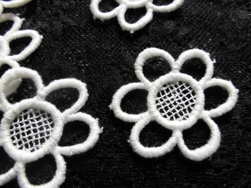 画像2: と〜っても可愛い花柄・コットンモチーフレース 15枚入り