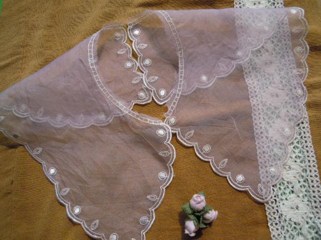 画像1: 淡いピンクと淡いキナリ色のエレガントなオーガンジの襟レース