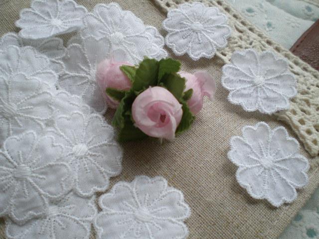 画像1: 綿の可愛いシロの花柄・モチーフレース 30枚入り
