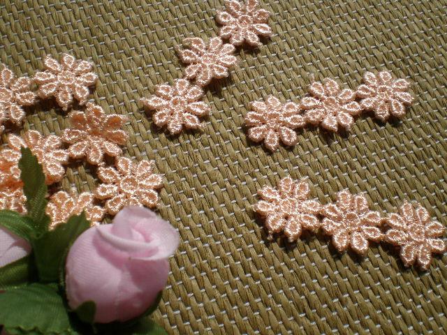 画像1: レースイヤリングに如何!?オレンジピンクの花柄 3枚ツナギ ケミカルモチーフレース たっぷり20枚入り