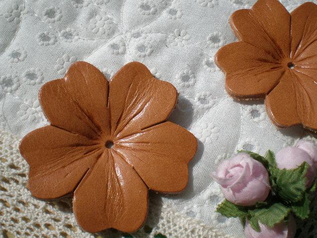 画像1: 約6c 日本製 ベージュ色のヌメ皮 花柄モチーフ 2個入り