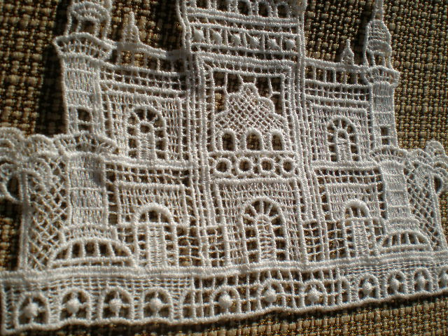 画像1: アンテイーク調のとても繊細なキャッスル柄の綿ケミカルモチーフ