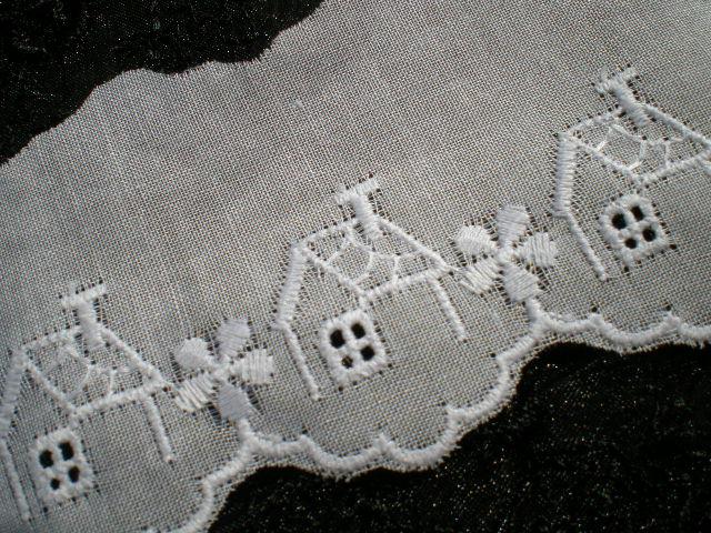 画像1: 幅約4.5c  メルヘンチックなハウス柄 シロの綿レース 4M